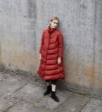 红色长款羽绒服