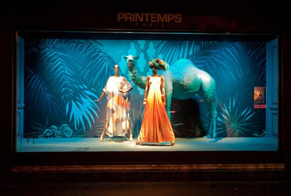 橱窗通过将犀牛,鹤,骆驼,大象以及猩猩等动物加入到橱窗的设计