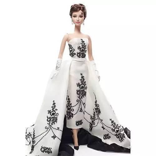 芭比有一亿件衣服 觉得自己穿的还不如芭比娃娃