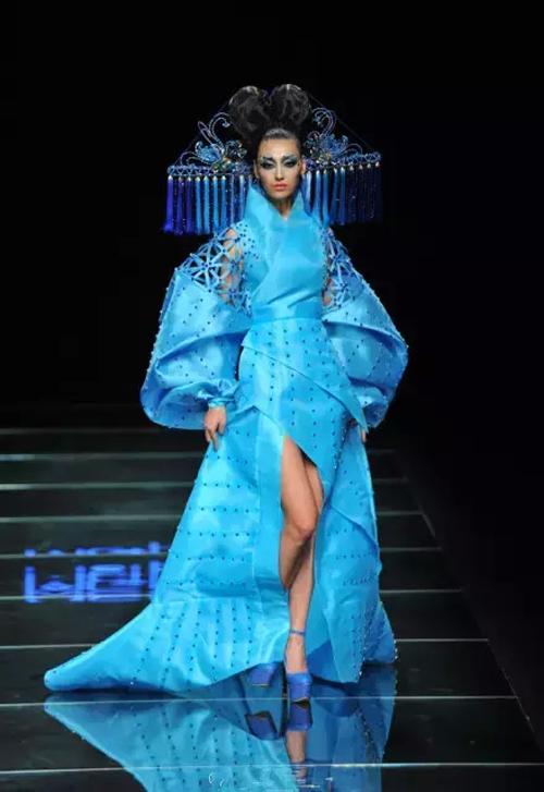 仿唐式的礼服及头饰,配以孔雀蓝的色彩,典雅又不失时尚,散发着图片