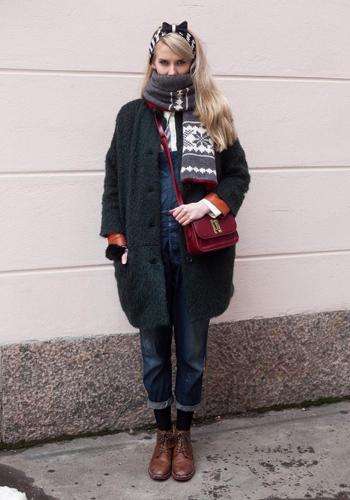 背带裤加上外套的搭配方法,不仅很保暖的说,围上一条围巾,穿着
