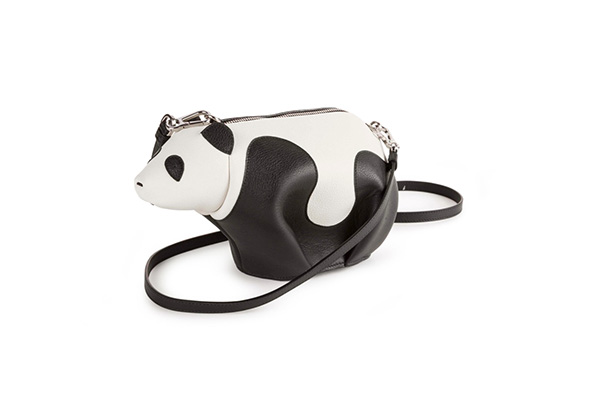 LOEWE 动物系列-熊猫包 动物系列一直是LOEWE最受欢迎的产品线之一。该系列最早的零钱袋由一位LOEWE工匠在品牌位于马德里郊区的工作室内偶然制得。经过手工缝订,他将一块真皮余料制作成了一只小熊。之后,手工匠们用同样方法制作了小牛,小象等一系列妙趣横生的动物零钱包,与小熊零钱包一起在LOEWE精品店出售。