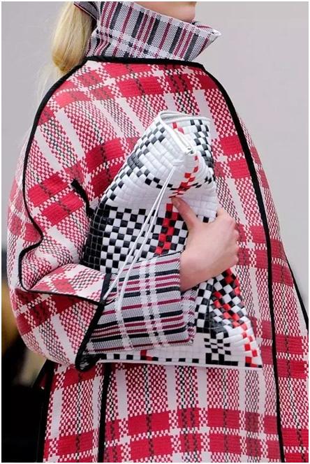 9 年前,lv就将蛇皮袋元素融入2007   春夏秀场中,这款手袋起价 600