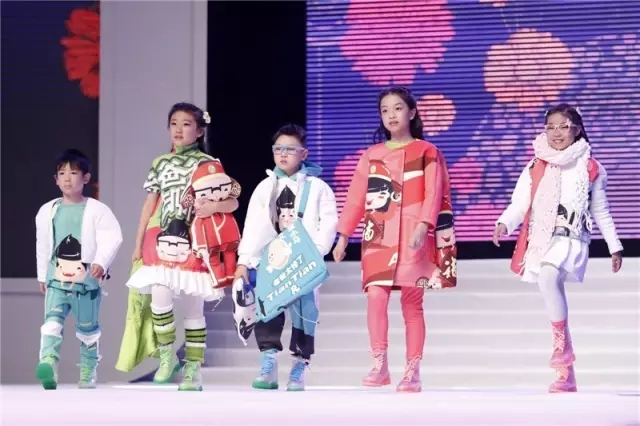 童装设计大赛为童装业注入了新的活力,图为往届大赛现场。 目前,本届大赛已进入报名投稿阶段,并将于2017年3月10日截止投稿,随后在3月中旬将进行设计稿评选,6月2日将举行最终的决赛暨颁奖晚会。 从童梦、童谣、童话,再到童趣,织里全国童装设计大赛已经走到了第四个年头。回顾往届大赛,大赛挖掘了一大批优秀的青年童装设计师,为童装界注入了新鲜血液,引领了中国童装产业的风向标。 近几年,伴随着童装设计大赛的逐年举办,织里镇在经济转型升级的大背景下,加快了童装产业转型升级的步伐,尤其是在加快平台建设