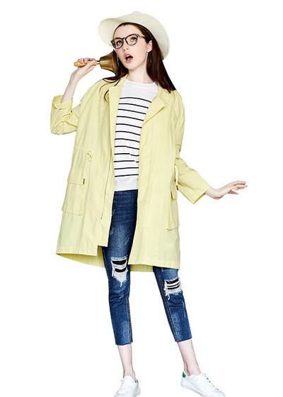 淡黄色的娃娃领裙装,简单宽松的版型设计看起来清新可爱,搭配蓝色