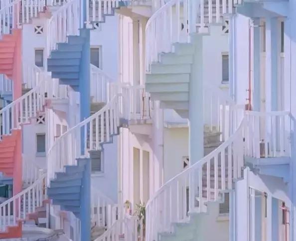 多种纹理的风景和线条分明的建筑物被运用于图形设计,并以细节胜出.