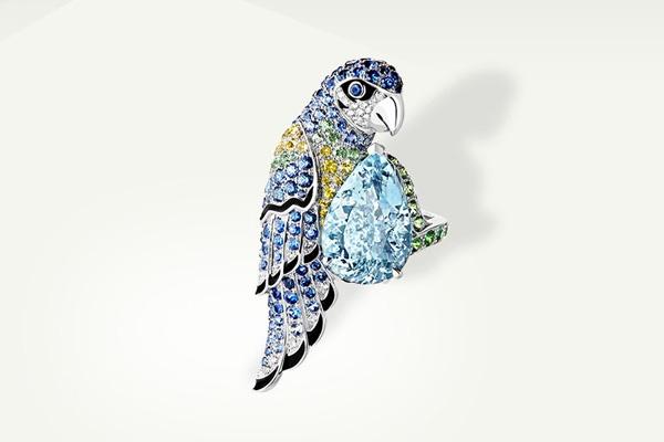 159年悠久历史 自1858年诞生以来,Boucheron宝诗龙不断为其经典的动物系列增添新意,以灵巧动人的作品,赢得无数青睐。多年来,Boucheron宝诗龙的珠宝工匠持续挥洒前卫创意,撷取大自然的盎然生机,幻化为无穷灵感。 时至今日,Boucheron宝诗龙动物系列已发展为蓬勃繁荣的动物王国,逾20头珍禽异兽谱写出各自的象征意涵,2017年Boucheron宝诗龙再添新翼,从可爱灵动的母鹿,至活泼率性的豹猫,再到英勇忠诚的猎鹰,在珠宝工匠的巧手匠心中一一化作栩栩如生的典藏珍品,牵引浮想翩翩。 珍贵的