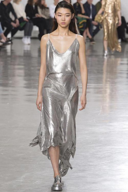 2017春夏季服裝設計中流行趨勢的延續,如綁帶,slogan,透視和未來感等