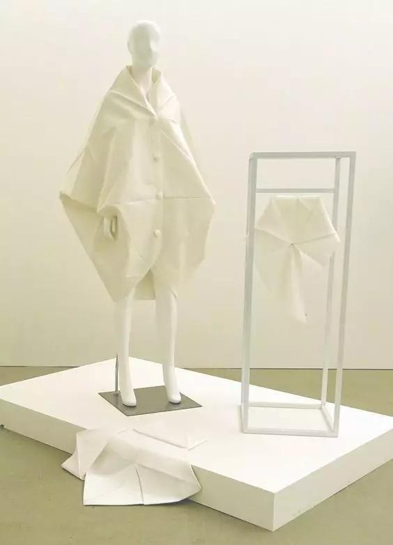 (简称立裁) 是指用白坯布为常用替代物,在人台上直接塑造服装样式,并进行样板制作的技术。由于立体裁剪是设计师主要依靠视觉进行的直观操作的过程,所以它具有激发和展开新的设计思维的功能。立裁是相对于平面裁剪而言的概念。尽管立裁也可能是平面剪裁的一种延伸和深化(在设计实践中常常如此),但它自己在教学和研究中已经形成了一整套的操作技术和程序,人们通常把它看做是一种解决现代服装造型理念的系统性方法。正是在这种既具体、又创意的技术操作下,现代服装的造型和结构设计有了不断地发展。一般立裁教学系统通常包括这样一些内