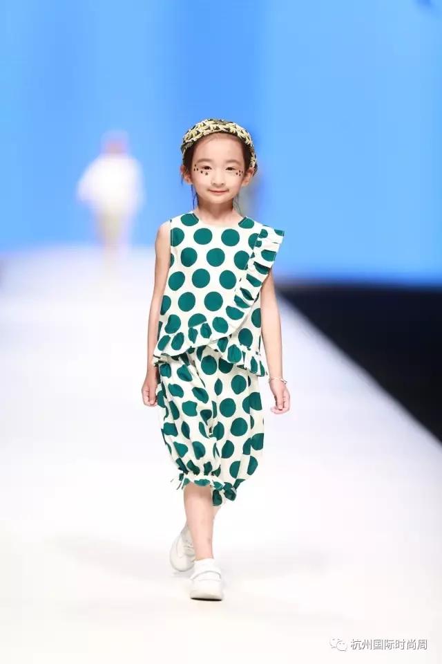 等,专为0-10岁儿童量身打造。  将时尚与舒适,温暖和轻松融为一体,强而有力表达出每一款产品的流行性,结合了简约的剪裁与经典的色彩搭配,并极具创造性的深入到各个产品中,让每个孩子走在潮流的前线,用生动的品牌形象诠释丰富的文化内涵,打造国内一流的童装品牌。    本季发布会服装的灵感来自于无限星空,打造12星座的童装,我们的孩子,本来就是天空中颗最为明亮的星星。    在制作工艺方面,CONNIE JUNIOR注重全手工打造,主要采用环保面料,尤其注重吸湿性、透气性、柔软性等功能性的结合,且产品完全符合生