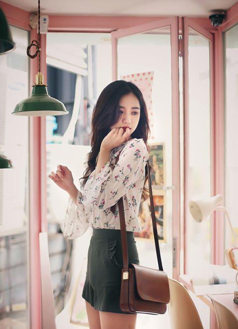 印花的雪纺衫搭配黑色迷你裙也很可爱时髦
