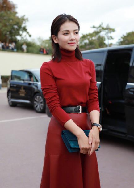 刘涛在巴黎时装周就秀了一把这个低调奢华有内涵的颜色,高领