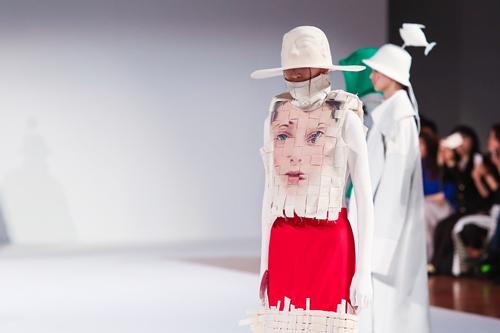 设计师们用 服装设计作品来诠释对民族文化的理解,赋予古老的民族文化