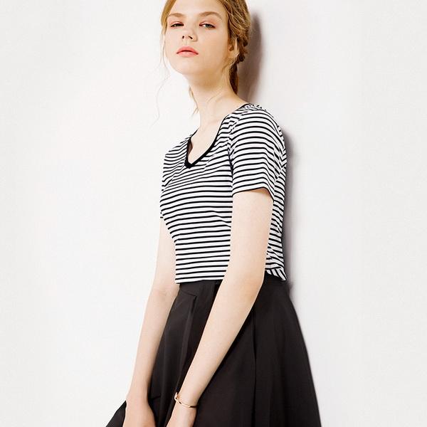 其黑白色的条纹设计,简约大方.