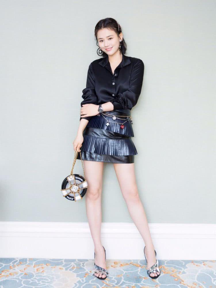 牛仔外套搭配皮革短裙,则显得清新很多,喜欢俏皮活泼风格的小可爱