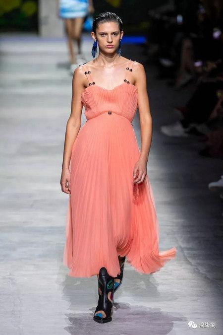 女装流行元素 褶皱,让你的设计简约不简单(图39)