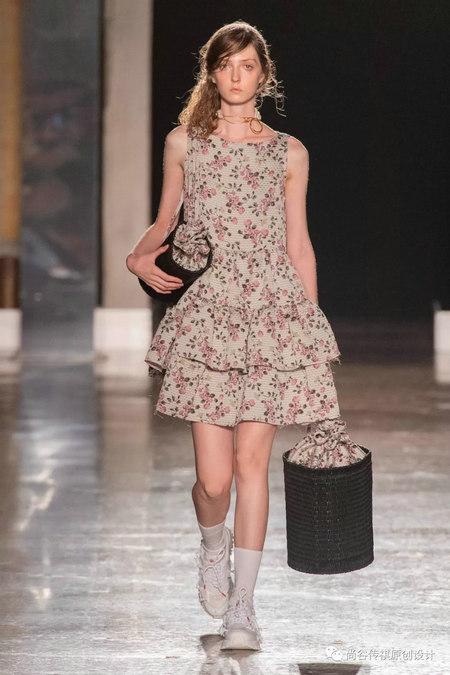 2020春夏女装流行元素 时装周的流行趋势(图13)