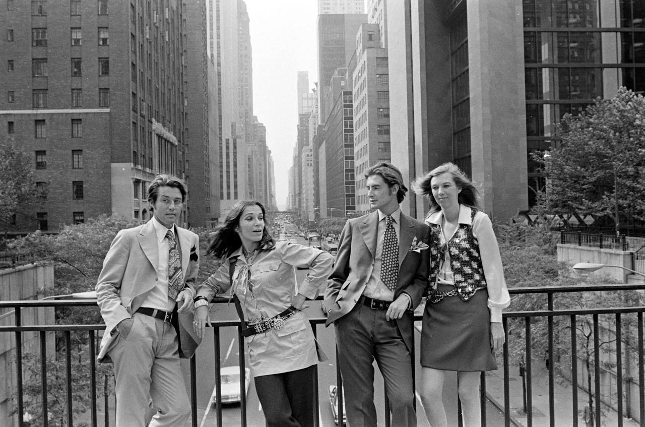 Halston、Frances Stein、Joanne Creveling 与 Joel Schumacher 在纽约市东 42 街上合影