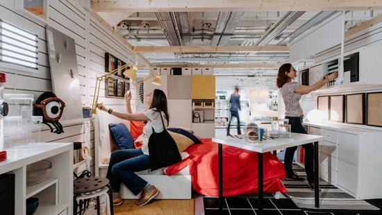 IKEA门店内顾客正在体验家居用品 图片来源:ft.com