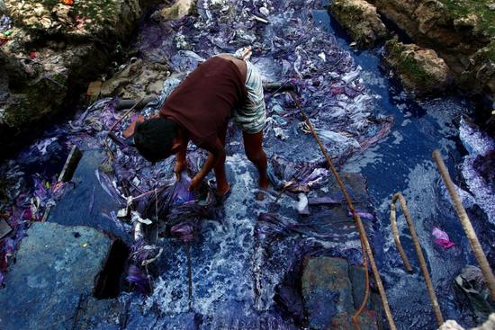 孟买一条被染料废水污染过的河流 图片来源:textil in