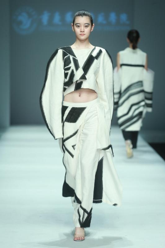 绣缝等为手段,探索工艺的创新性;在设计方法上加以结构设计,解构重组