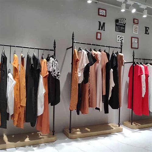 """就因为""""剪标打折""""销售而备受争议 实际上也触碰了服装行业的发展壁垒"""