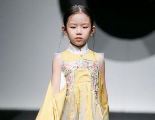 星光璀璨 绽放京城 张莉童模再现中国国际时装周