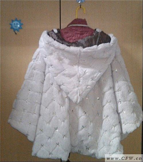 看起来温暖又可爱,款式也是近几年流行的斗篷,天气冷的话披在肩上,小