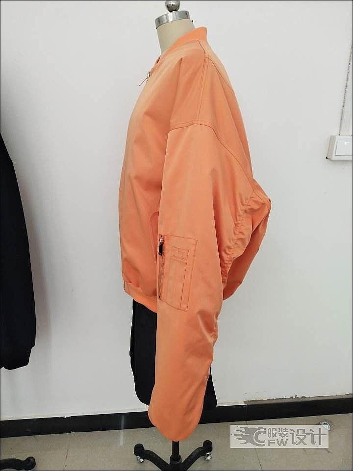 廓形抽褶超长袖棒球棉服作品-廓形抽褶超长袖棒球棉服款式图