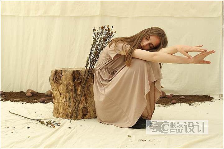 杏色螺旋褶皱短袖连衣裙作品-杏色螺旋褶皱短袖连衣裙款式图
