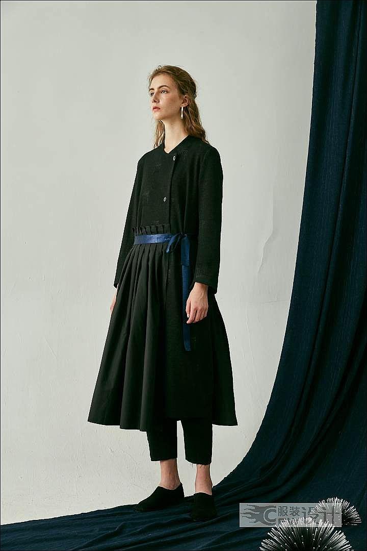 百褶两件套多变造型长外套作品-百褶两件套多变造型长外套款式图