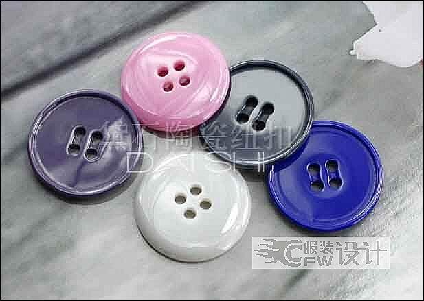 多种颜色四孔大衣风衣陶瓷纽扣 不一样的质感作品-多种颜色四孔大衣风衣陶瓷纽扣 不一样的质感款式图