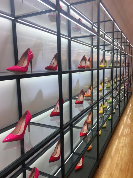 用80只彩色女鞋构成的装饰墙