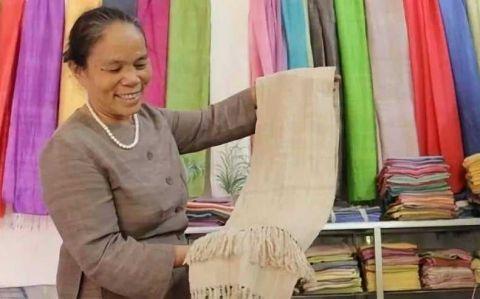 """越南人从荷花中抽""""丝绸"""",用来织成布料 竟比蚕丝更柔软!3.jpg"""