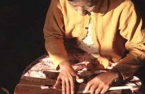 """越南人从荷花中抽""""丝绸"""",用来织成布料 竟比蚕丝更柔软!4.jpg"""