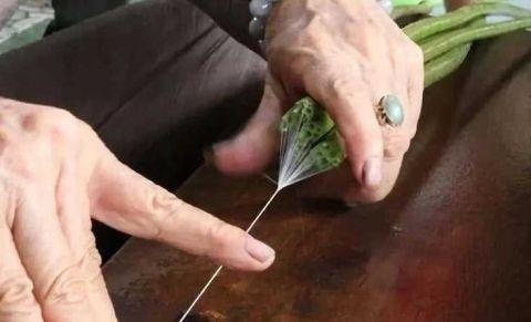 """越南人从荷花中抽""""丝绸"""",用来织成布料 竟比蚕丝更柔软!1.jpg"""