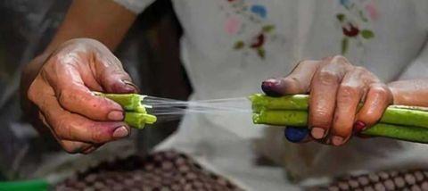 """越南人从荷花中抽""""丝绸"""",用来织成布料 竟比蚕丝更柔软!2.jpg"""