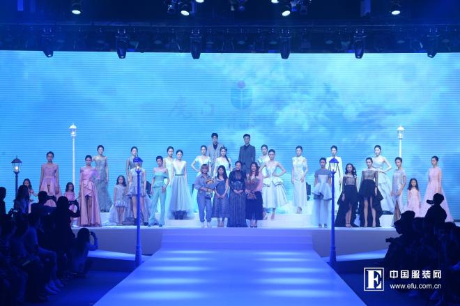 2018年11月23日,莫兰迪变奏曲——2019虎门富民流行趋势在时装表演厅发布,设计师带来新一季全新力作。多年来,虎门富民坚持将具有代表意义得中国风和本土文化为创作本源,以时尚产品为基础,致力于通过系列时装创意作品展现当代中国时尚生态新貌。