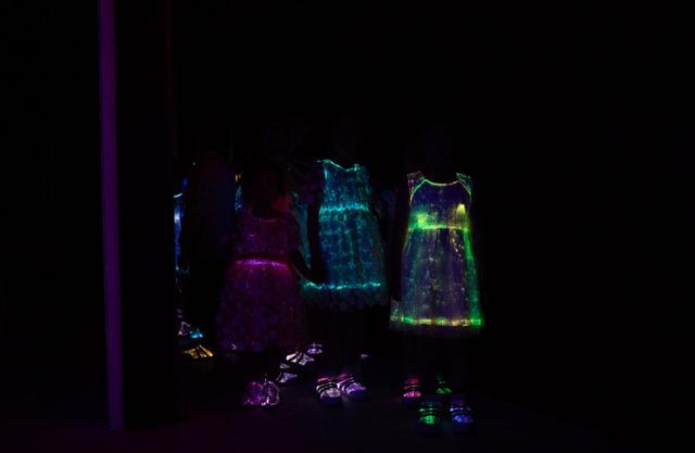 《丝路传奇—让爱发光》时尚科技发布盛宴点亮国际纺都