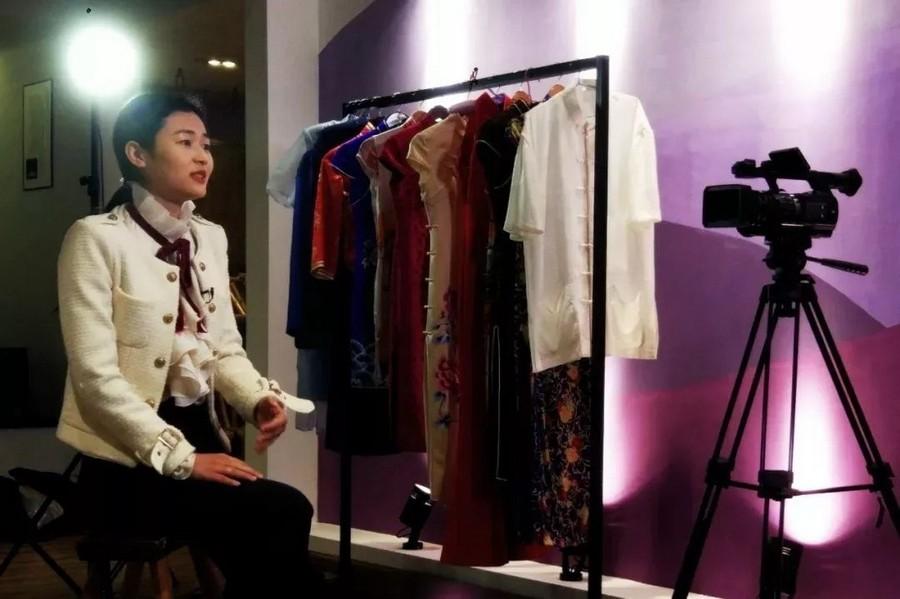 我是杭缎非遗传承人,我和香港珑御裙褂一道做了一件龙凤褂嫁衣